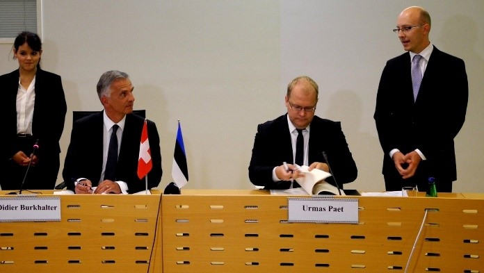 President Didier Burkhalter and Foreign Minister Urmas Paet signing the protocol amending the convention for the avoidance of double taxation. Photo: Archives of the Ministry of Foreign Affairs