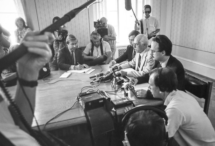 Ministry of Foreign Affairs, Toompea, 24 August 1991 – Lennart Meri, who had returned to Estonia, which had just restored its independence, from Finland on the evening of 23 August 1991, at a press conference with Taivo Klaar and Tiit Pruuli. Photo: Peeter Langovits, Ministry of Foreign Affairs of the Republic of Estonia