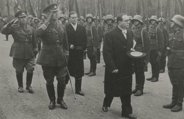 Austria saadik Eestis Heinrich Schmid aukompanii ees Kadriorus. Teda saadavad Tallinna linna komandant kolonel Jaan Junkur ja Toompea lossi komandant kolonel-leitnant Konstantin Kanep. Foto: Rahvusarhiiv
