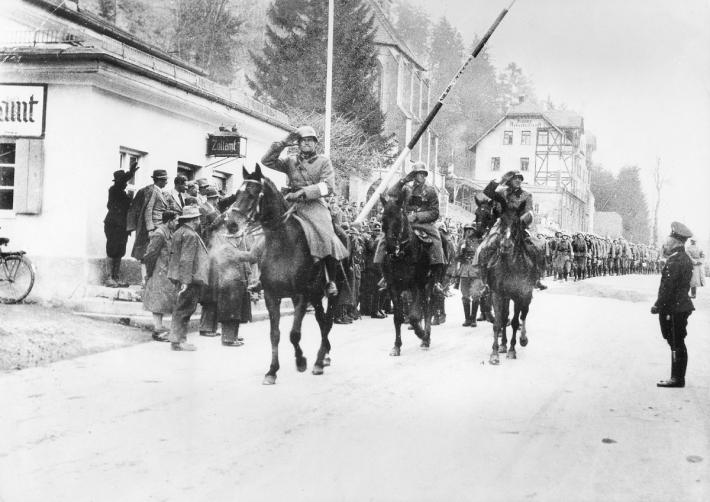 Saksa väed ületamas Austria piiri.