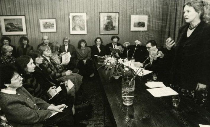 Imbi Sooman esinemas Austria kirjanduse ja ajaloo sümpoosionil Underi ja Tuglase Kirjanduskeskuses Tallinnas 1996. Foto: Rahvusarhiiv