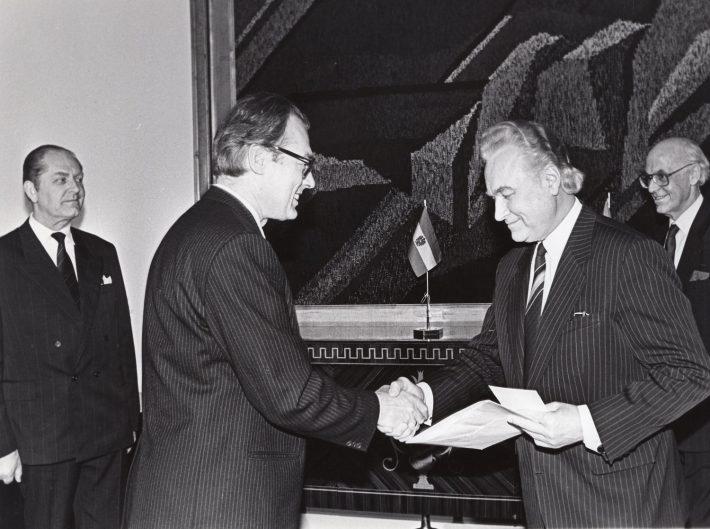Austria suursaadik Manfred Ortner üle andmas volikirja Ülemnõukogu esimees Arnold Rüütlile 8. jaanuaril 1992. Foto: välisministeeriumi arhiiv
