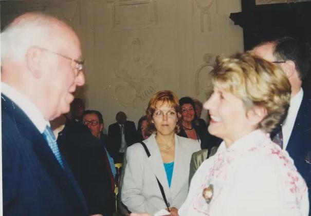 Lennart Meri kohtumas Salzburgi eestlastega, paremal tulevane aukonsul Sirje Winding-Frauenlob. Foto: Salzburgi Eesti Selts