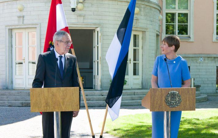 Presidendid Alexander Van der Bellen ja Kersti Kaljulaid andmas pressikonverentsi Kadrioru lossi aias. Foto: Presidendi Kantselei